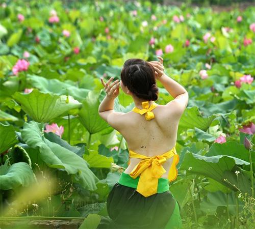 Yếm thắm lưng trần khoe sắc giữa hồ sen - 18