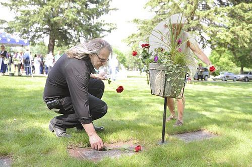 Làm đám cưới ở... nghĩa địa - 4