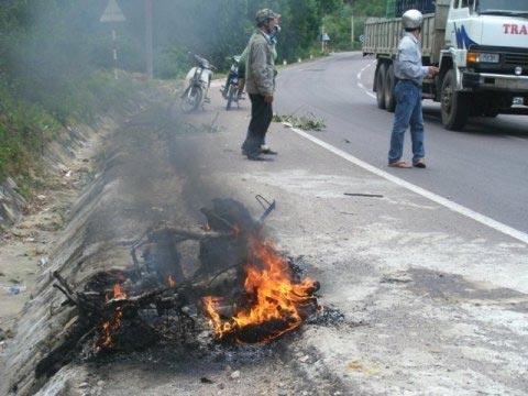 Xe tay ga cháy rụi không thể nhận dạng - 3