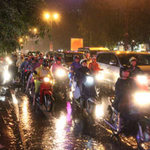 Tin tức trong ngày - Mưa tầm tã, giao thông Hà Nội rối loạn
