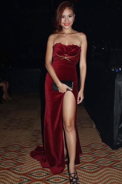 """Váy xẻ """"thấu trời"""" của mỹ nhân Việt - 7"""