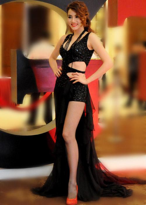 """Váy xẻ """"thấu trời"""" của mỹ nhân Việt - 14"""