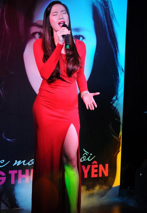 """Váy xẻ """"thấu trời"""" của mỹ nhân Việt - 13"""