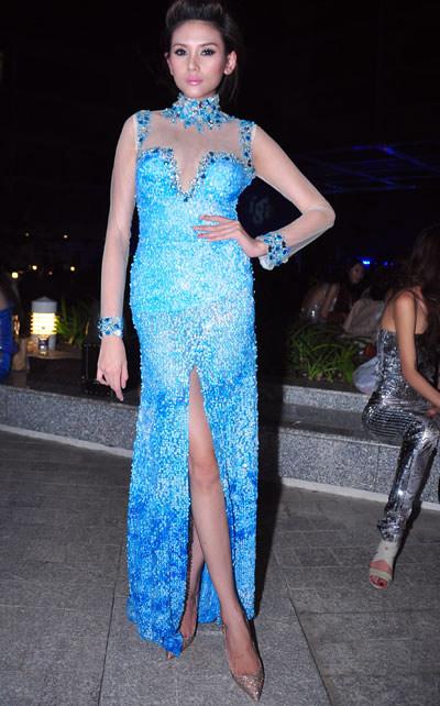 """Váy xẻ """"thấu trời"""" của mỹ nhân Việt - 15"""