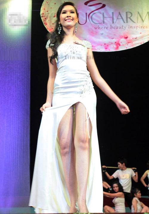 """Váy xẻ """"thấu trời"""" của mỹ nhân Việt - 17"""