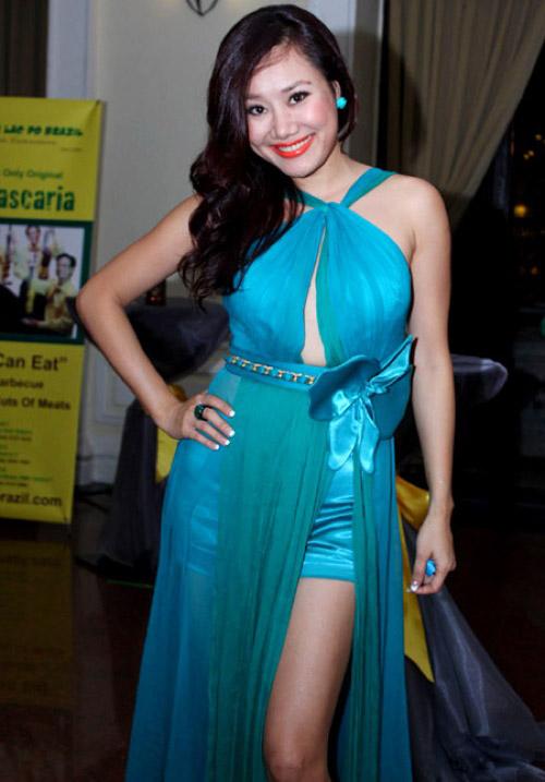 """Váy xẻ """"thấu trời"""" của mỹ nhân Việt - 11"""