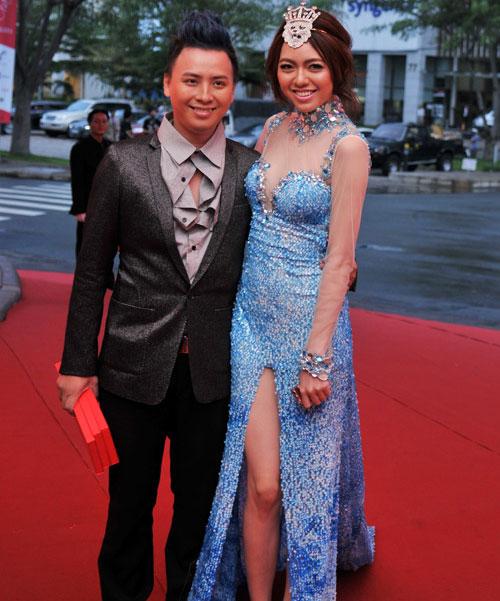 """Váy xẻ """"thấu trời"""" của mỹ nhân Việt - 16"""