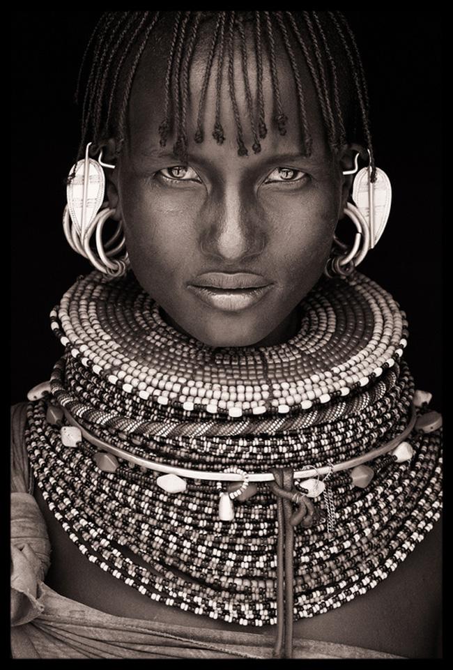 Hàng chục chiếc vòng cổ nhiều màu sắc được đeo cùng lúc trên cổ cũng là một yếu tố đặc sắc của các phụ nữ ở bộ tộc thuộc châu Phi.