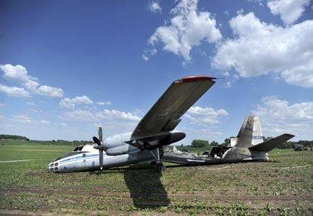 Máy bay quân sự Nga vỡ đôi rồi bốc cháy - 1