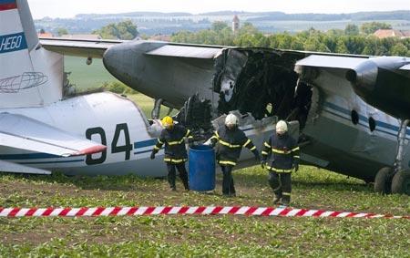 Máy bay quân sự Nga vỡ đôi rồi bốc cháy - 2