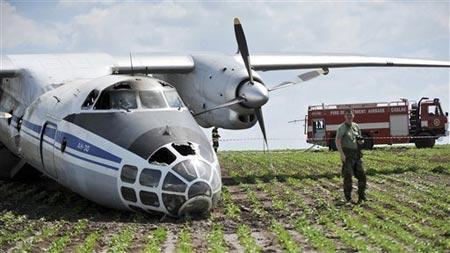 Máy bay quân sự Nga vỡ đôi rồi bốc cháy - 4