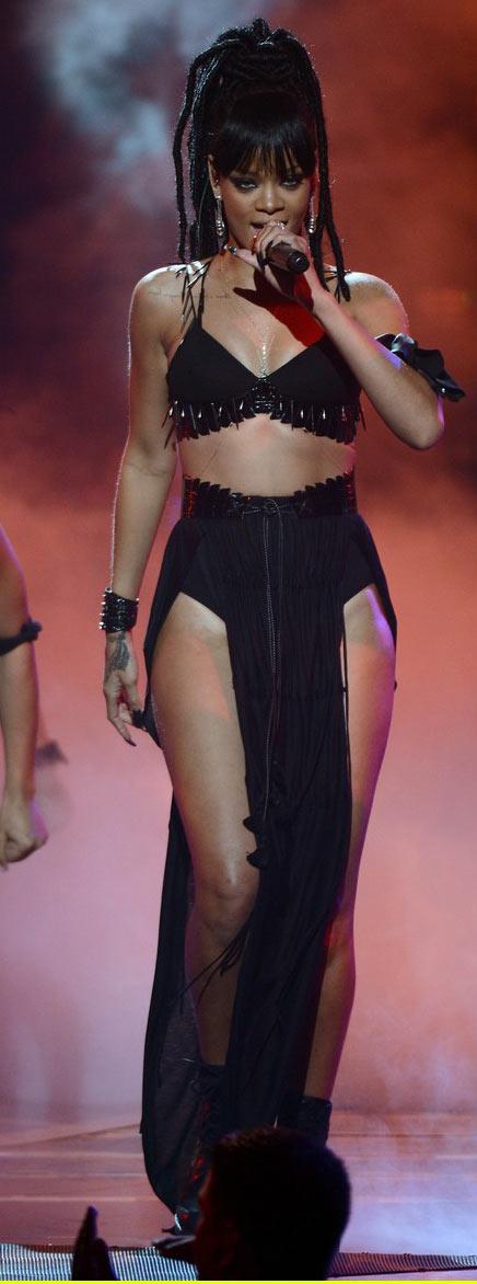 Rihanna khoe da loang lổ - 4