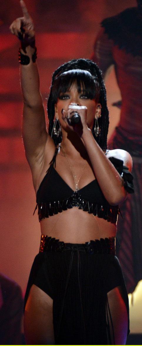 Rihanna khoe da loang lổ - 5