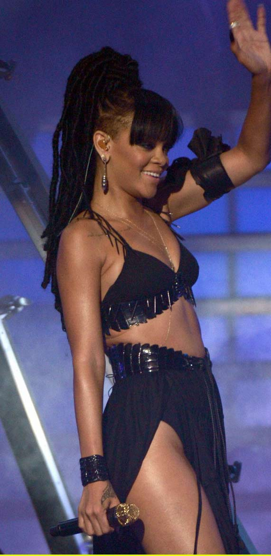 Rihanna khoe da loang lổ - 3