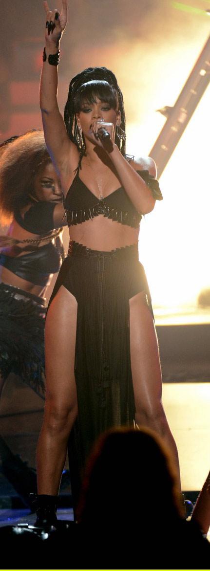 Rihanna khoe da loang lổ - 2
