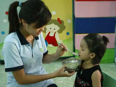 Trẻ suy dinh dưỡng do...ăn cơm sớm - 1