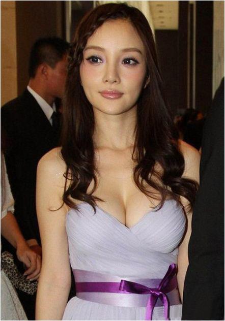 Người đẹp ngượng ngùng vì sự cố váy quây - 11