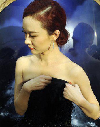 Người đẹp ngượng ngùng vì sự cố váy quây - 16