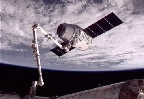 Tàu vũ trụ tư nhân nối thành công với ISS - 1