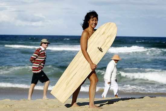 Sốt: Mỹ nữ khỏa thân lướt sóng - 1