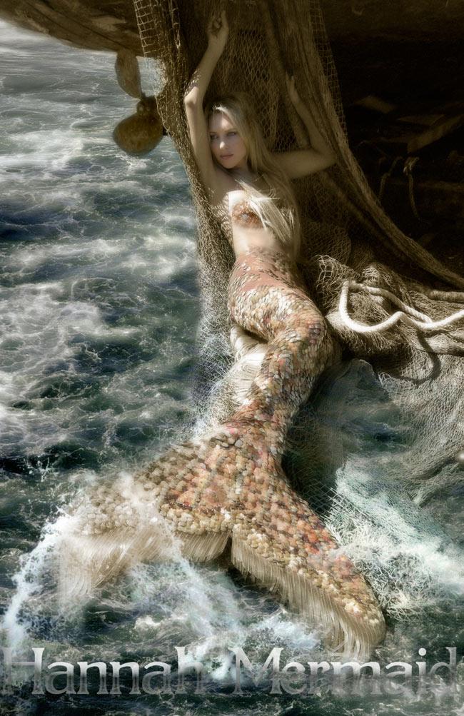 Cô chọn trang phục giống như nàng tiên cá và chụp những tấm hình này suốt 3 năm.