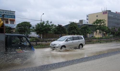 QL 1A ngập úng nghiêm trọng vì mưa lớn - 2