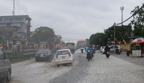 QL 1A ngập úng nghiêm trọng vì mưa lớn - 3