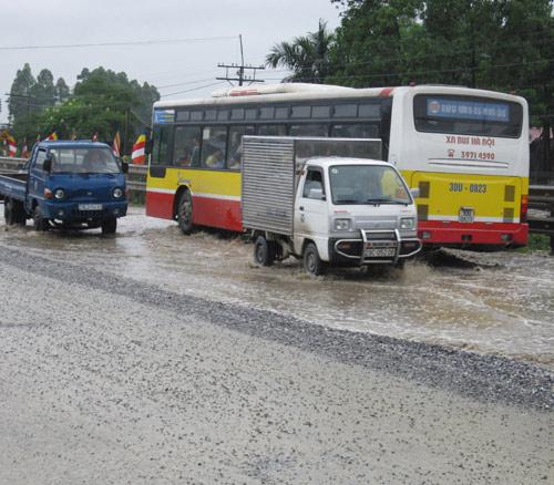 QL 1A ngập úng nghiêm trọng vì mưa lớn - 4