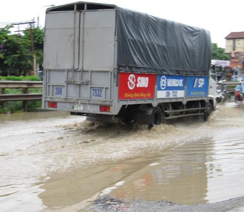 QL 1A ngập úng nghiêm trọng vì mưa lớn - 7