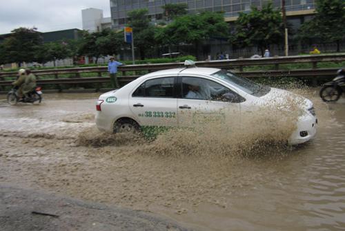 QL 1A ngập úng nghiêm trọng vì mưa lớn - 8