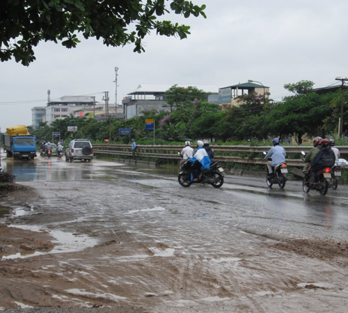 QL 1A ngập úng nghiêm trọng vì mưa lớn - 9