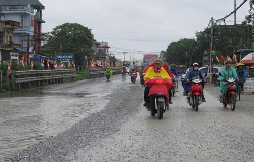 QL 1A ngập úng nghiêm trọng vì mưa lớn - 11
