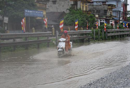 QL 1A ngập úng nghiêm trọng vì mưa lớn - 6