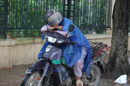 Người Hà Nội mặc áo rét giữa mùa hè - 12