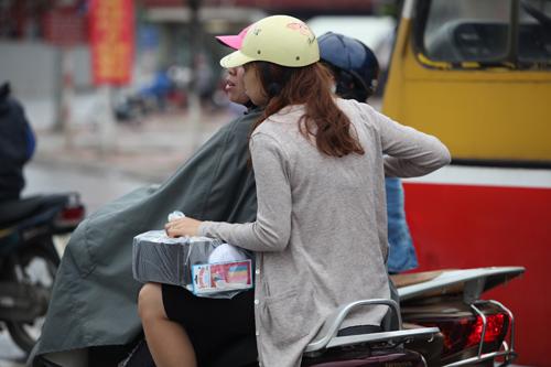 Người Hà Nội mặc áo rét giữa mùa hè - 4