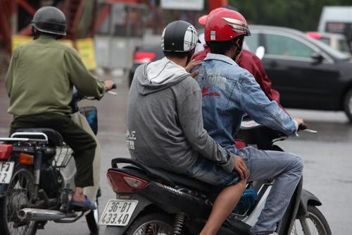 Người Hà Nội mặc áo rét giữa mùa hè - 3