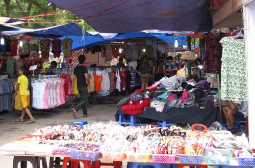 Hội chợ trẻ em bán... đồ người lớn - 2