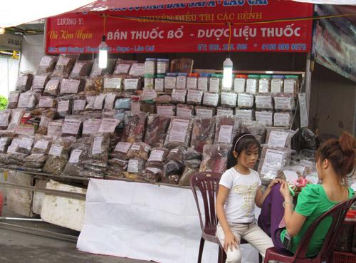 Hội chợ trẻ em bán... đồ người lớn - 3