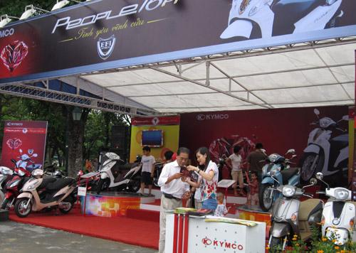 Hội chợ trẻ em bán... đồ người lớn - 4