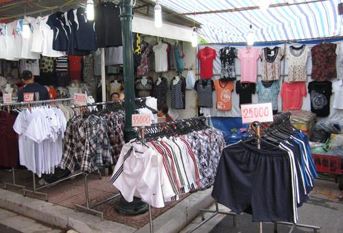 Hội chợ trẻ em bán... đồ người lớn - 5