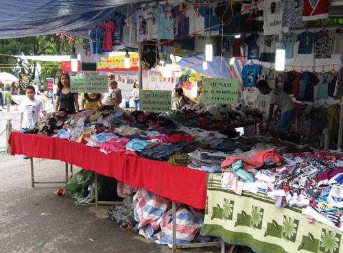 Hội chợ trẻ em bán... đồ người lớn - 6