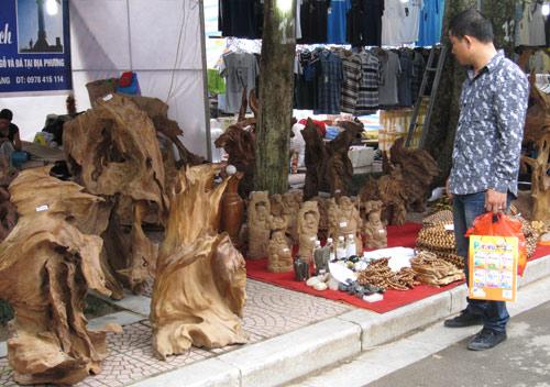 Hội chợ trẻ em bán... đồ người lớn - 7