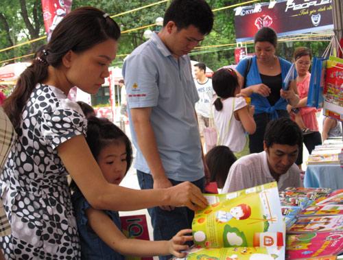 Hội chợ trẻ em bán... đồ người lớn - 10