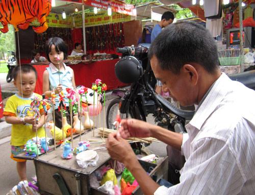 Hội chợ trẻ em bán... đồ người lớn - 11