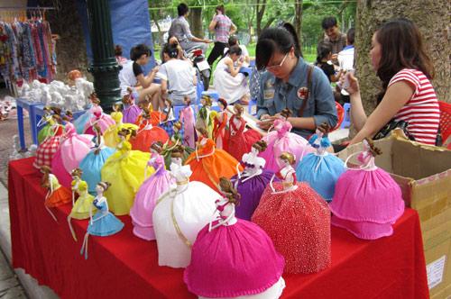 Hội chợ trẻ em bán... đồ người lớn - 12