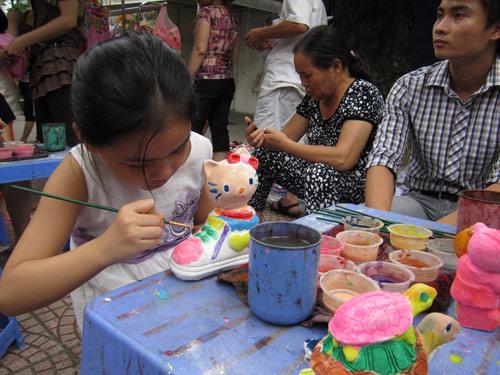 Hội chợ trẻ em bán... đồ người lớn - 13