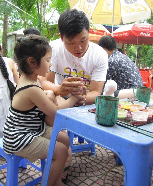 Hội chợ trẻ em bán... đồ người lớn - 14