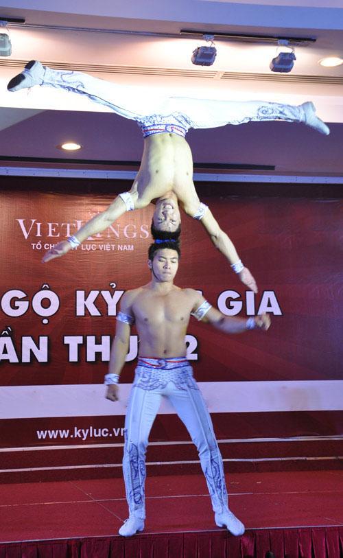 Nghẹt thở với màn nhào lộn của kỷ lục gia Việt Nam - 10