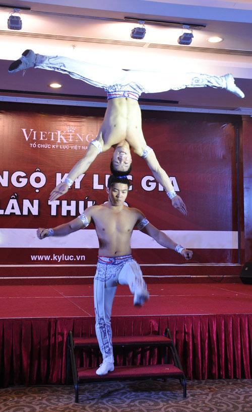 Nghẹt thở với màn nhào lộn của kỷ lục gia Việt Nam - 12