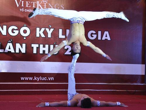 Nghẹt thở với màn nhào lộn của kỷ lục gia Việt Nam - 1